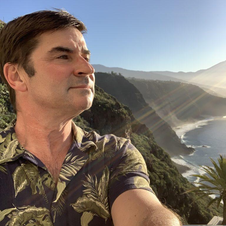 Selfie des Bloggers Kanarenvogel im grünen Hemd mit Palmenmuster vor blauem Himmel und Teide im Hintergrund