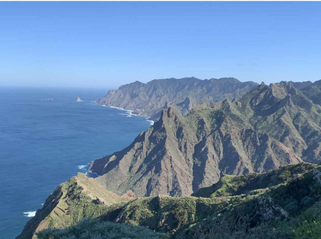 Blick über das rauhe Anaga Gebirge hinab zum Meer. Standort unterhalb des Roque Taborno