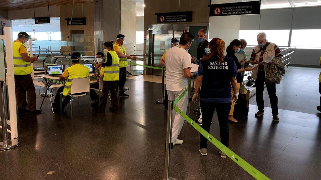 Passagier stehen vor der Einreisekontrolle am Flughafen von Teneriffa