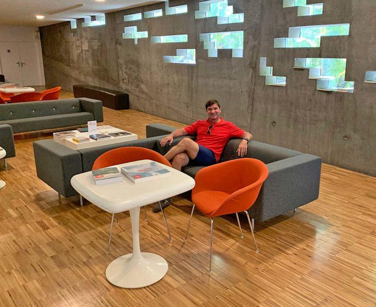 Der Autor des Blog sitzt auf einem grauen Sofa