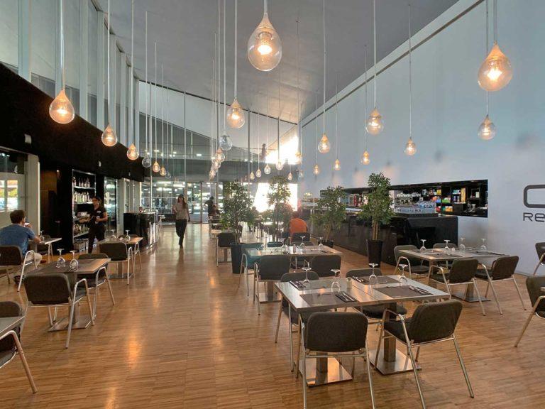 Blick in die 'Cafeteria des TEA hoher Raum mit hängenden Leichten und Parkettfußboden