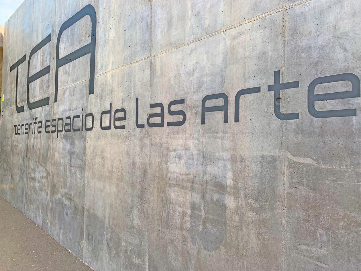 Metallbuchstaben auf Betonwand mit Aufschrift TEA Teneriffa Espacio de las Artes