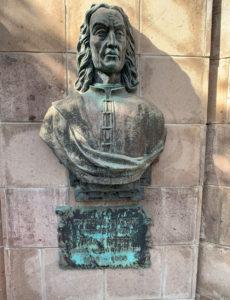 Skulptur mit Abbild des genuesischen Bankiers Cristóbal de Ponte auf einer Steinwand
