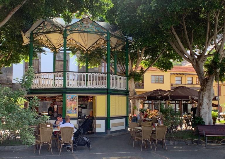 Ein Kiosk auf der Plaza de la Libertad. Kaffeetische und Stühle unter einem großen indischen Lorbeerbaum.