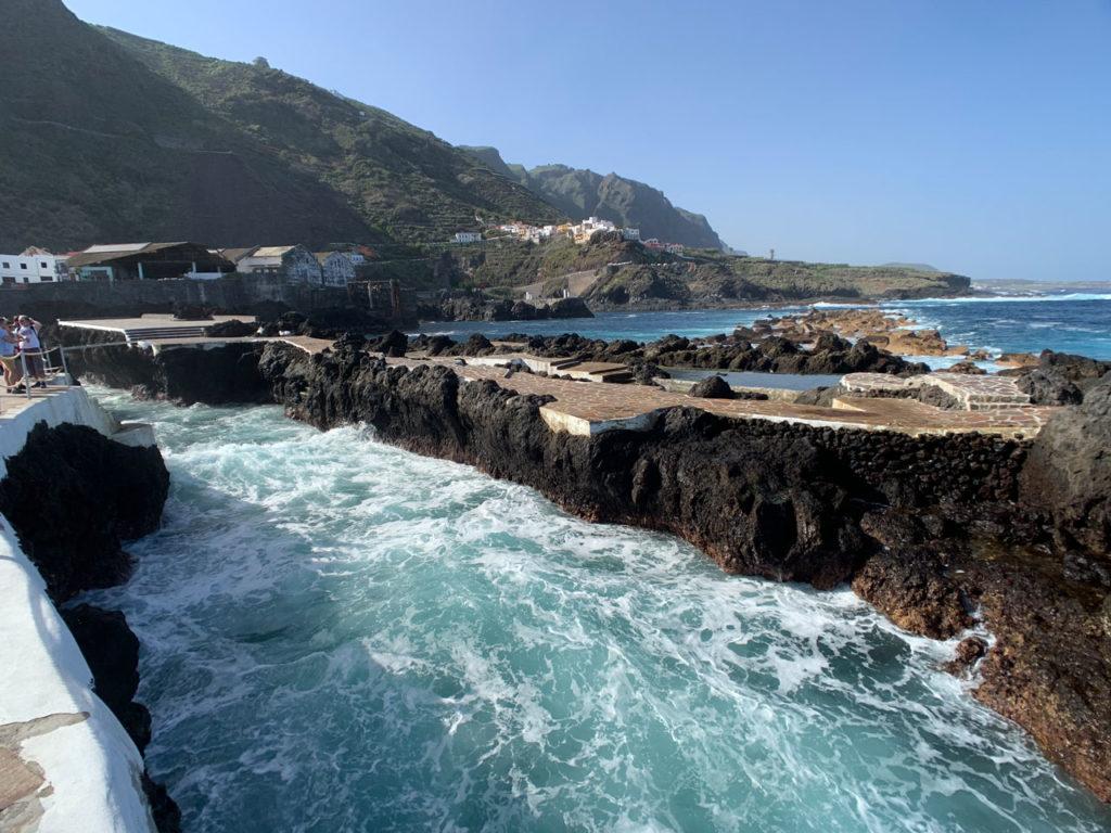Meerwasser tost in einem Naturpool, der von Lavafelsen vom offenen Meer getrennt ist