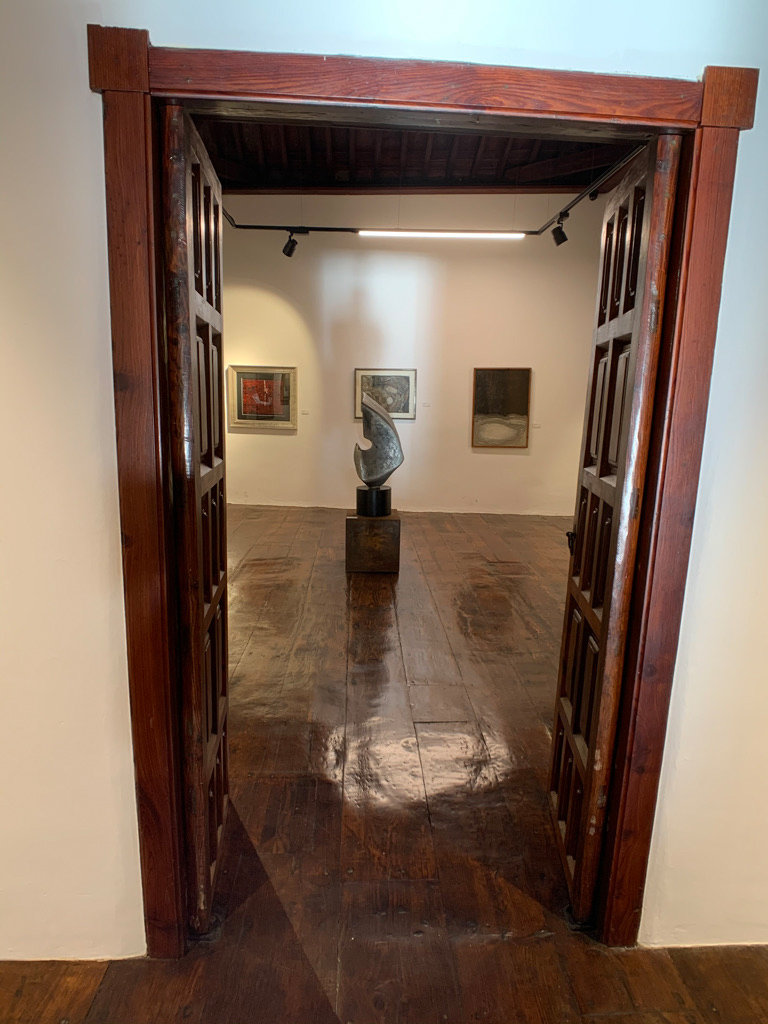 Blick in den Ausstellungsraum mit Skulptur im Zentrum