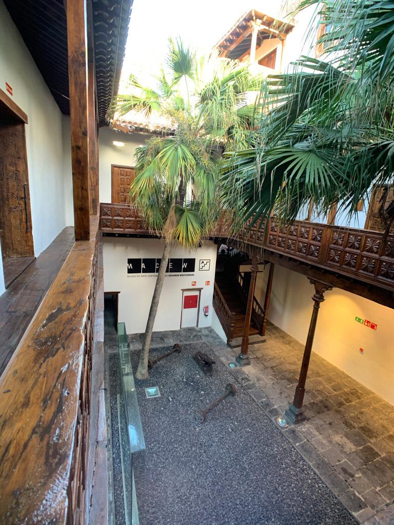 Innenhof vom Balkon des ersten Stock aus. Palmen