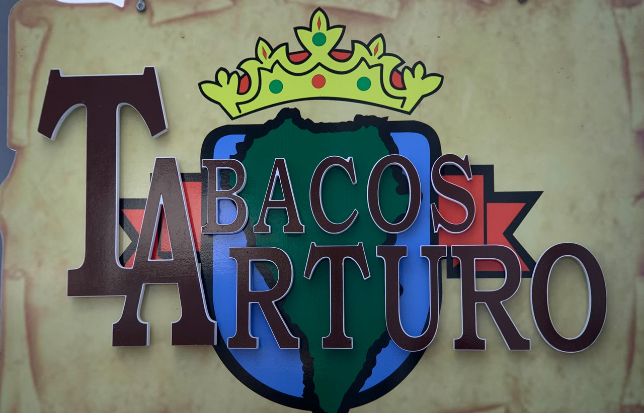 Buntes Ladenschild mit einem Wappenähnlichen Schild mit Aufschrift Tabaco Arturo