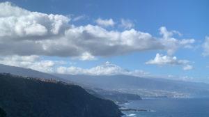 Fernsicht auf den Schneebedeckten Teide von wenigen Wolken umgeben