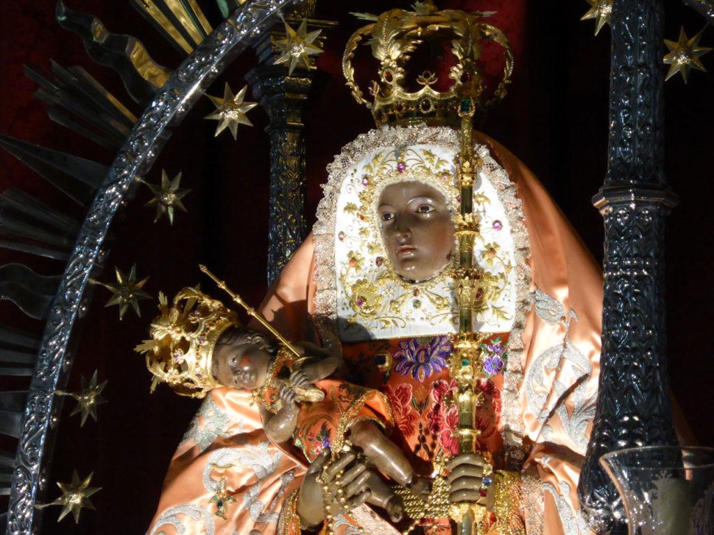 Bild der Marienstatue mit Jesus Kind im Arm. Statue befindet sich in der Basilika de Candelaria auf Teneriffa