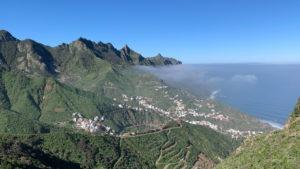 Blick von hoch oben über Taganana mit kleiner Wolke und Blick auf das Meer