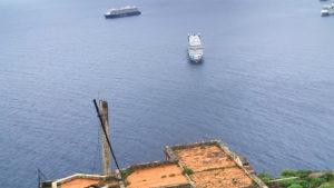Blick vom Berg über das Dach des Semaforo de Igueste auf die AIDA vor Anker
