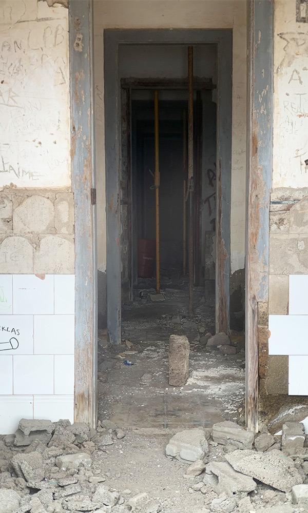 Blick in das verfallene Gebäude Semaforo Igueste