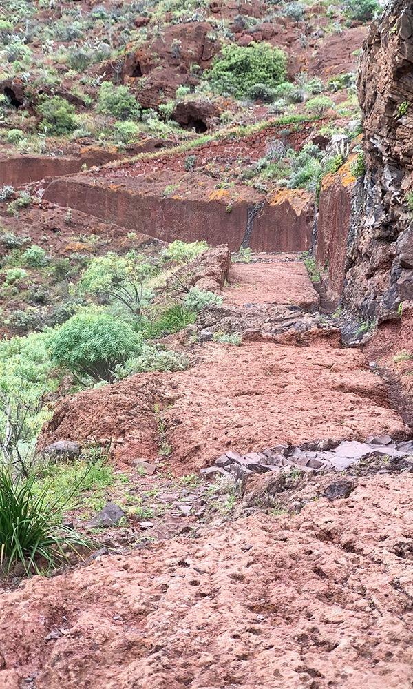 Ein rote Lavasteinweg führt den Berg hinauf