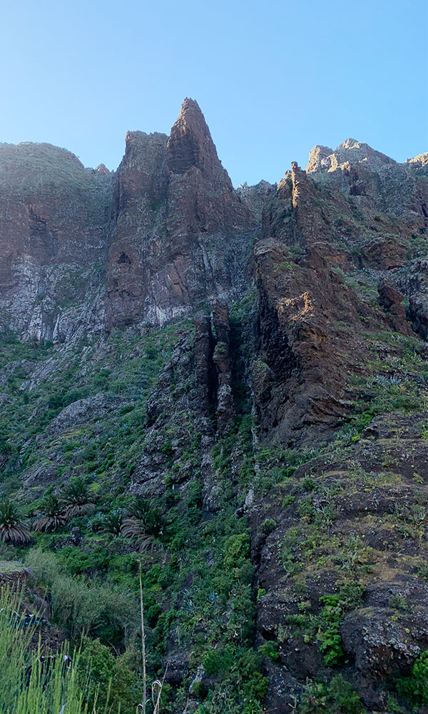 Masca Schlucht. Ein steil aufragender Felsen iin der Schlucht